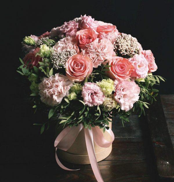 Коробка с розами и эустомами