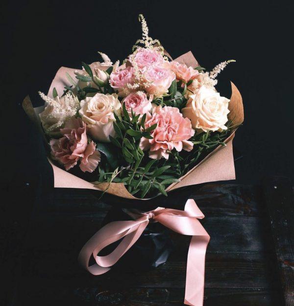 Букетик из гвоздики и роз