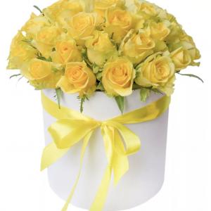 35 желтых роз в шляпной коробке