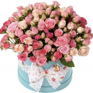 Букет из розовых кустовых роз в коробке