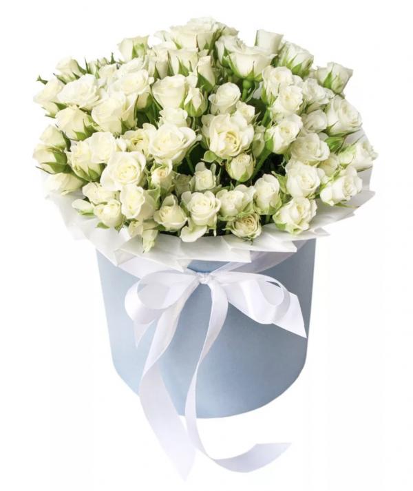 Букет из белых кустовых роз в коробке