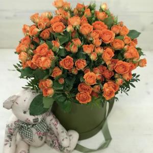 Оранжевые кустовые розы в коробке — Композиции