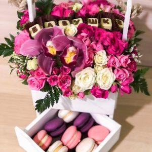 Коробка с цветами и макаруни — Композиции