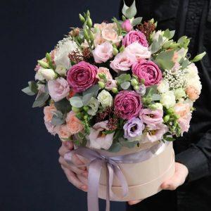 Розы и эустомы в шляпной коробке — Гвоздики