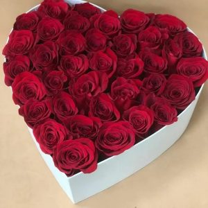 Розы в форме сердца в коробке — Композиции