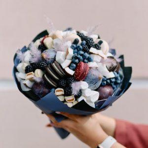 Букет с фруктами и макаруни — Акции и скидки