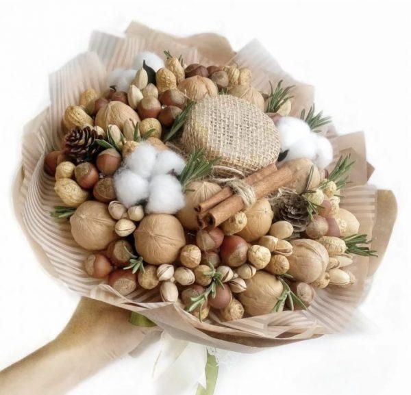 Букет из орехов и баночки меда