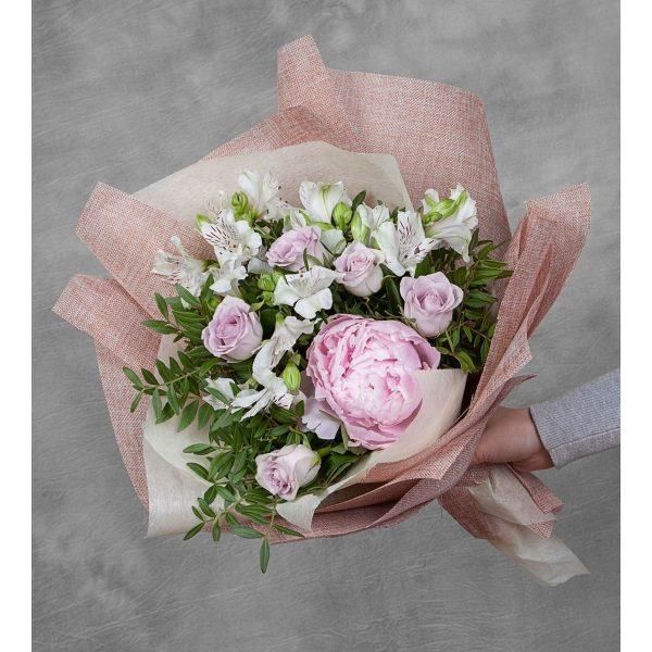 Букет пионов и роз