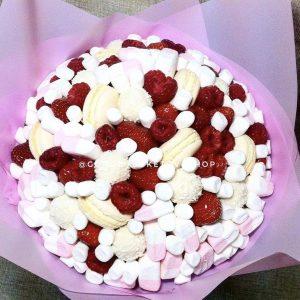 Нежный букетик из ягод и сладостей