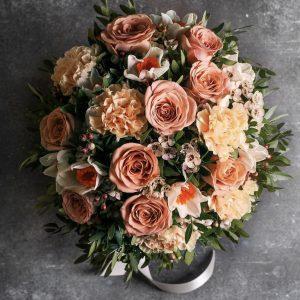 Букет из роз, гвоздик и нарциссов