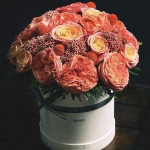 Подарочная коробка из пионовидных роз — Композиции