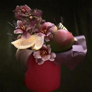 Флобокс из фруктов и орхидей