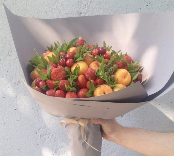 """Букет из абрикосов и ягод """"Тур"""""""