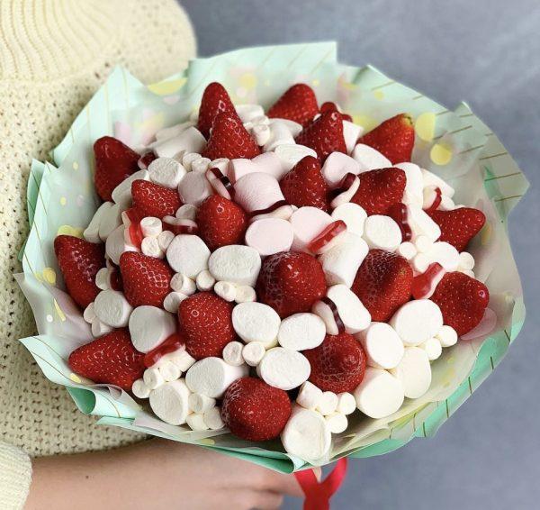 Букет из клубники и сладостей
