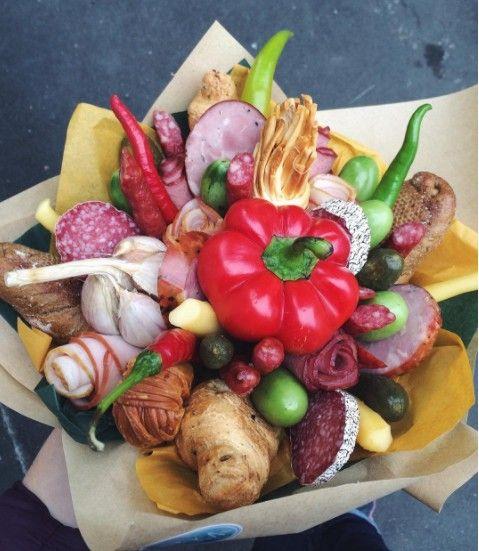 Букет с колбасой и овощами