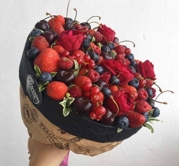 Ягодный букет с розами