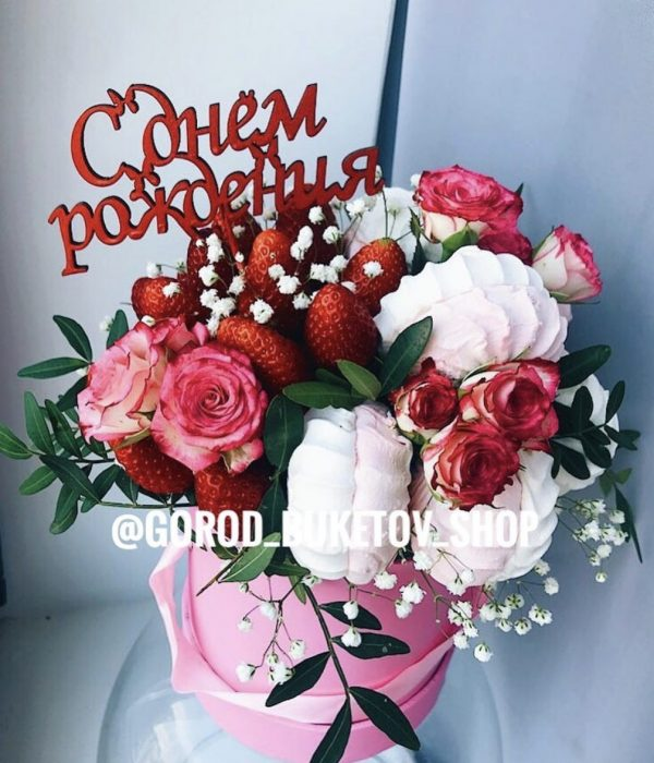 Букет с клубникой, розами и сладостями