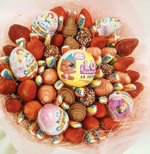 Букет из клубники в шоколаде с куклой ЛОЛ