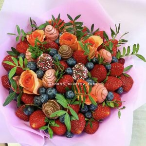 Букет из роз и клубники в шоколаде