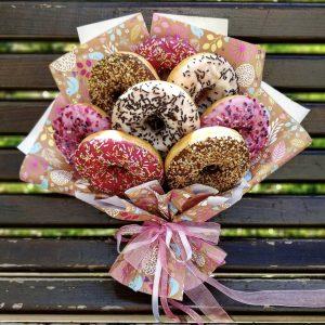 Вкусный букет из пончиков