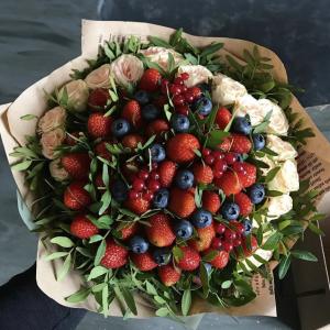 Ягодный букет с белыми розами — Букеты из клубники