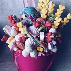 Флобокс со сладостями и куклой ЛОЛ — Букеты из сладостей