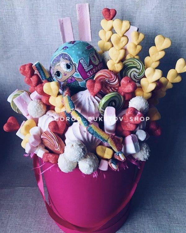 Коробка со сладостями и куклой ЛОЛ — Букеты из сладостей