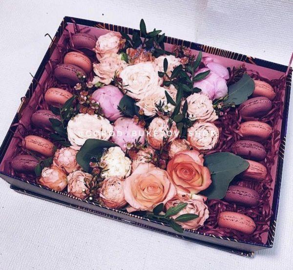 Композиция из цветов и макаронсов