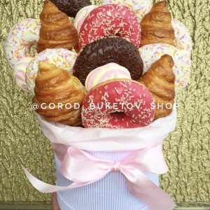 Пончики и круассаны во флобоксе — Букеты из сладостей