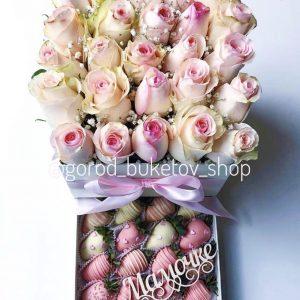 Набор из роз и клубники в шоколаде