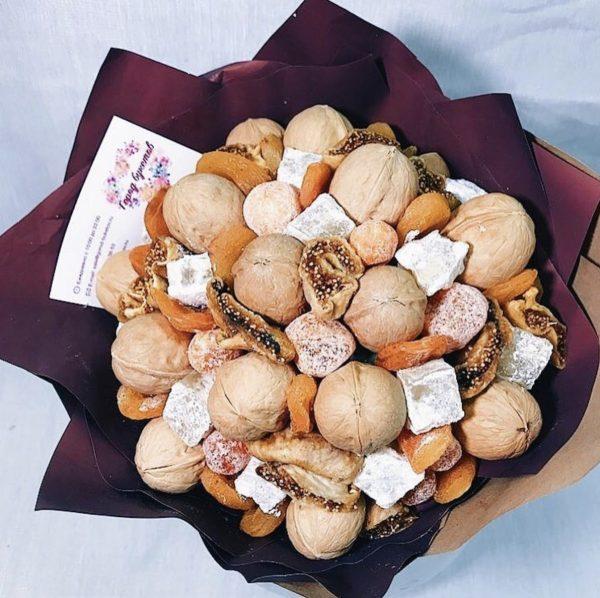 Букетик из орехов и сухофруктов