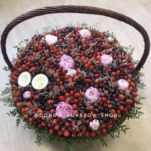 Огромная корзика из ягод и пионов — Букеты из клубники