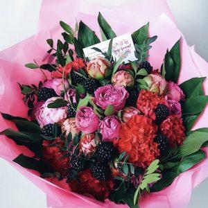 Букет «Рубин» из цветов и ежевики