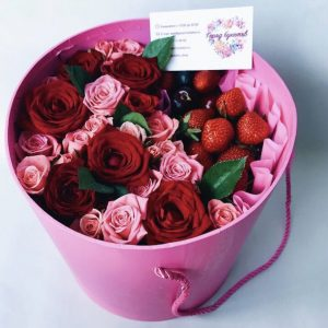 Флобокс из сладких ягод и цветов — Букеты из клубники
