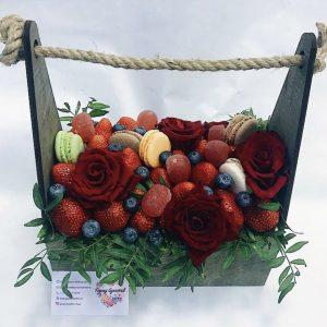 Композиция из роз, ягод и сладостей