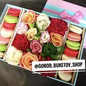 Коробочка с цветами и макаронсами