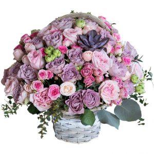Корзина из нежных роз с эхеверией