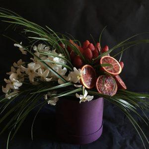 Арт-букет из фруктов и нарциссов