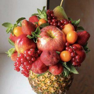 Фруктово-ягодная композиция в ананасе