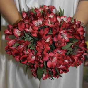 Букет невесты из красных альстромерий