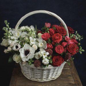 Корзина из роз и анемон