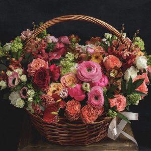 Малиново-персиковая корзина с цветами