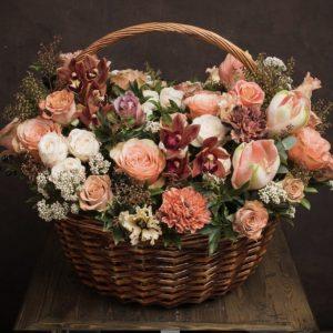 Корзина с цветами «Кофе с корицей» — Гвоздики