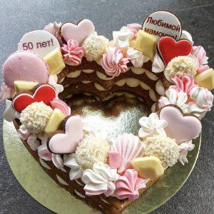 Торт-сердце со сладостями