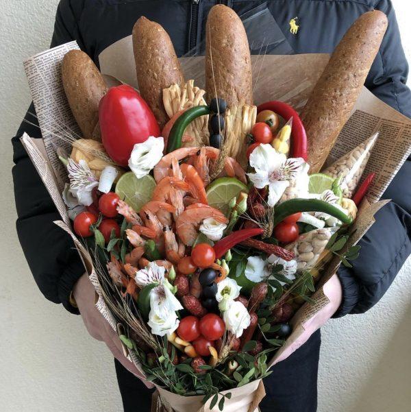 Мужской букет с креветками и овощами