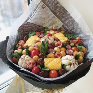Овощной букет с колбасой
