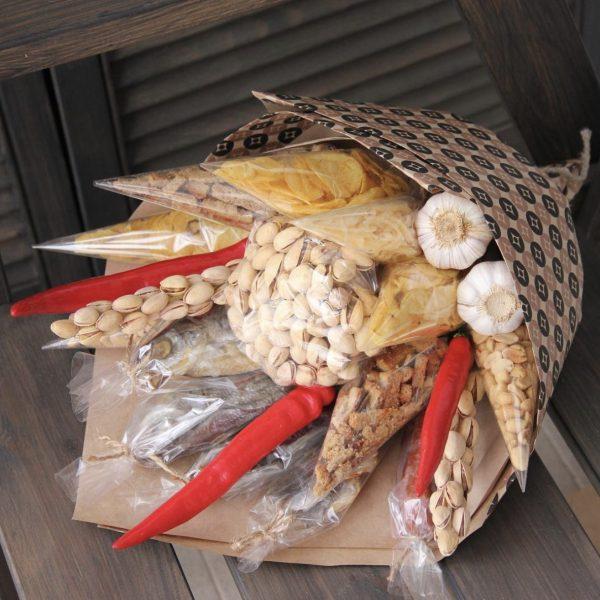 Мужской букет из рыбы и орешков