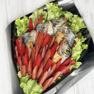 Букет из рыбы и колбасок