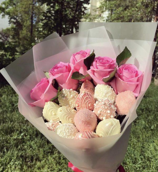 Букет из клубники в шоколаде и роз