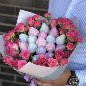 Букет из клубники в шоколаде и роз — Букеты из клубники